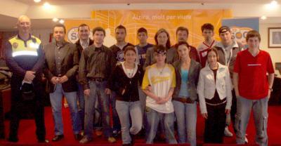 20070427135819-20070427-96-21-entrega-diplomas-alumnos-del-curso-de-educacion-vial.-foto.jpg