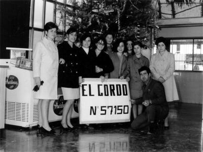 GALERÍA DE FOTOS DE ALZIRA (9) __ EMPLEADOS DE AVIDESA EL DÍA QUE SALIÓ EL GORDO DE LA LOTERÍA DE NAVIDAD DE 1968 EN ALZIRA