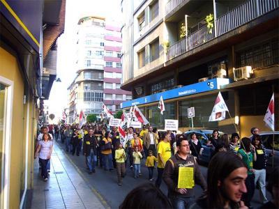 AHIR S'HAN CONGREGAT MÉS DE QUATRE-CENTES PERSONES A LA PLAÇA MAJOR D'ALZIRA PER PROTESTAR CONTRA LA POLÍTICA EDUCATIVA DEL CONSELLER FONT DE MORA