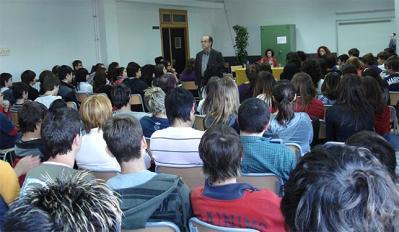 UN CENTENAR D'ESTUDIANTS D'ALZIRA ES DONAREN CITA A L'IES TULELL PER ESCOLTAR L'ESCRIPTOR GALLEC AGUSTÍN FERNÁNDEZ PAZ