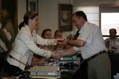 ELENA BASTIDAS ENTREGA UN LLAVERO DE PLATA CON EL ESCUDO DE ALZIRA A LOS EX ALCALDES ALFREDO GARÉS Y PEDRO GRANDE