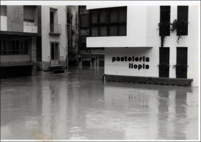 ALZIRA Y SU PASADO (2) __ LA ALCALDESA DE ALZIRA ASISTE ESTA TARDE A UNA EXPOSICIÓN DE FOTOGRAFÍA DEDICADA A LAS INUNDACIONES DE 1957 Y 1982