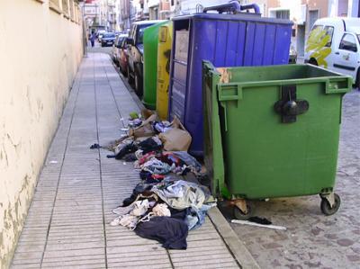 FOTO – DENUNCIA DE ALZIRA (9)    -------     ROPA VIEJA EN LA ACERA DE UNA CALLE DE ALZIRA Y LOS CONTENEDORES VACÍOS