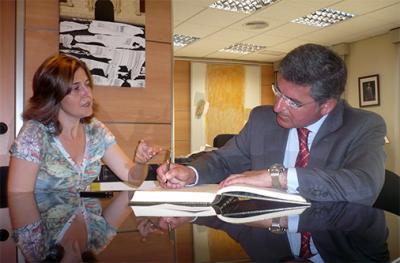RAFAEL PESET FIRMA EN EL LIBRO DE HONOR DE LA CIUDAD DE ALZIRA