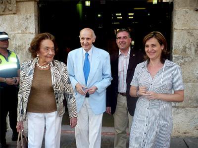 ELENA BASTIDAS RECIBE EN EL AYUNTAMIENTO DE ALZIRA A SANTIAGO GRISOLÍA