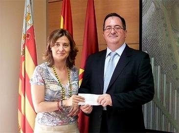 ELENA BASTIDAS ENTREGA AL CLUB DE AJEDREZ ALZIRA EL CHEQUE DEL GRUPO PRASA, PATROCINADOR DEL PRIMER EQUIPO