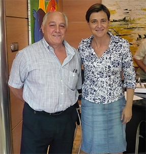 ELENA BASTIDAS IMPONE LA INSIGNIA DE PLATA DE LA CIUDAD DE ALZIRA A JOSÉ MANUEL PÉREZ