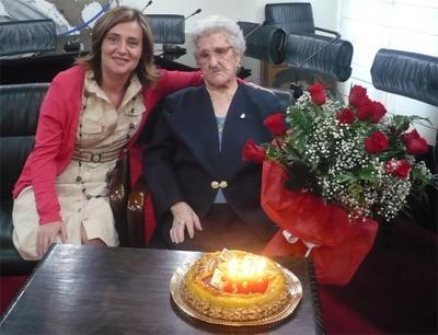 ELENA BASTIDAS IMPONE LA INSIGNIA DE PLATA DE ALZIRA A JULIA PONCE CATALÁN