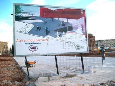 FOTO – DENUNCIA DE ALZIRA (52). EL CARTEL PUBLICITARIO DE LA EXTENSIÓN UNIVERSITARIA DE LA UNIVERSIDAD CATÓLICA TODAVÍA NO HA SIDO RETIRADO