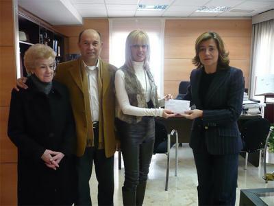 LA ALCALDESA DE ALZIRA  ENTREGA LOS 3.000 EUROS A LA GANADORA DEL SORTEO DEL RASCA - RASCA