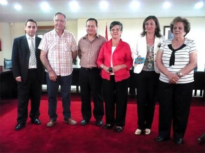 FAMILIARES DE ENFERMOS DE ALZHEIMER DE ALZIRA RECIBEN PULSERAS LOCALIZADORAS